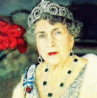 Königin Victoria Eugenia von Spanien mit ihren Smaragden, sie verkaufte sie später um die Hochzeit ihres Enkels Juan-Carlos mit Sophie von Griechenland zu finanzieren, beide inzwischen das regierende Königspaar von Spanien